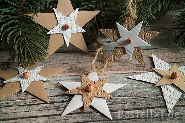 basteln f r weihnachten weihnachtsbaumanh nger aus pappe. Black Bedroom Furniture Sets. Home Design Ideas